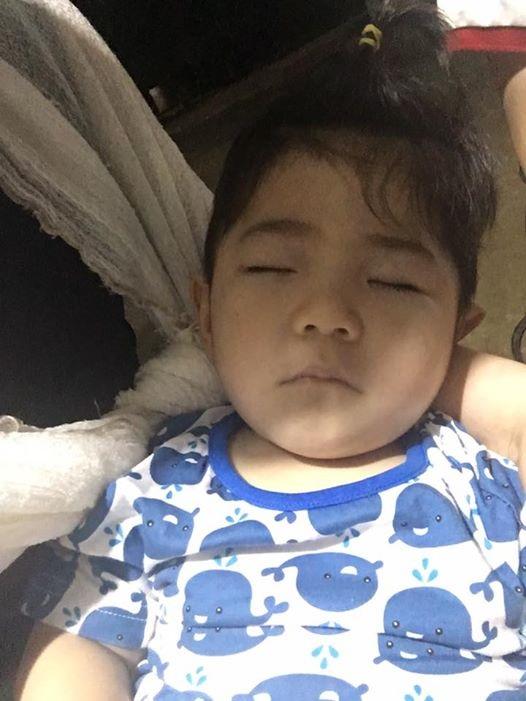 Em bé Lào Cai ngày nào nay đã biết cười đùa, biết chơi trò 'vuốt ve, em thân yêu' bên mẹ nuôi 9X - Ảnh 2