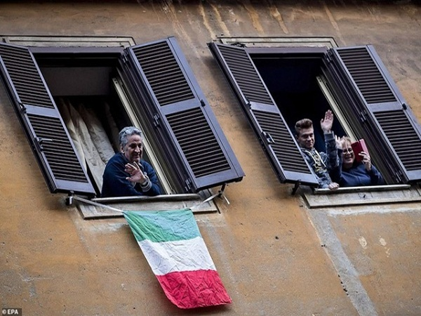 Chuyện cảm động trong khu cách ly của những người già neo đơn tại Italia