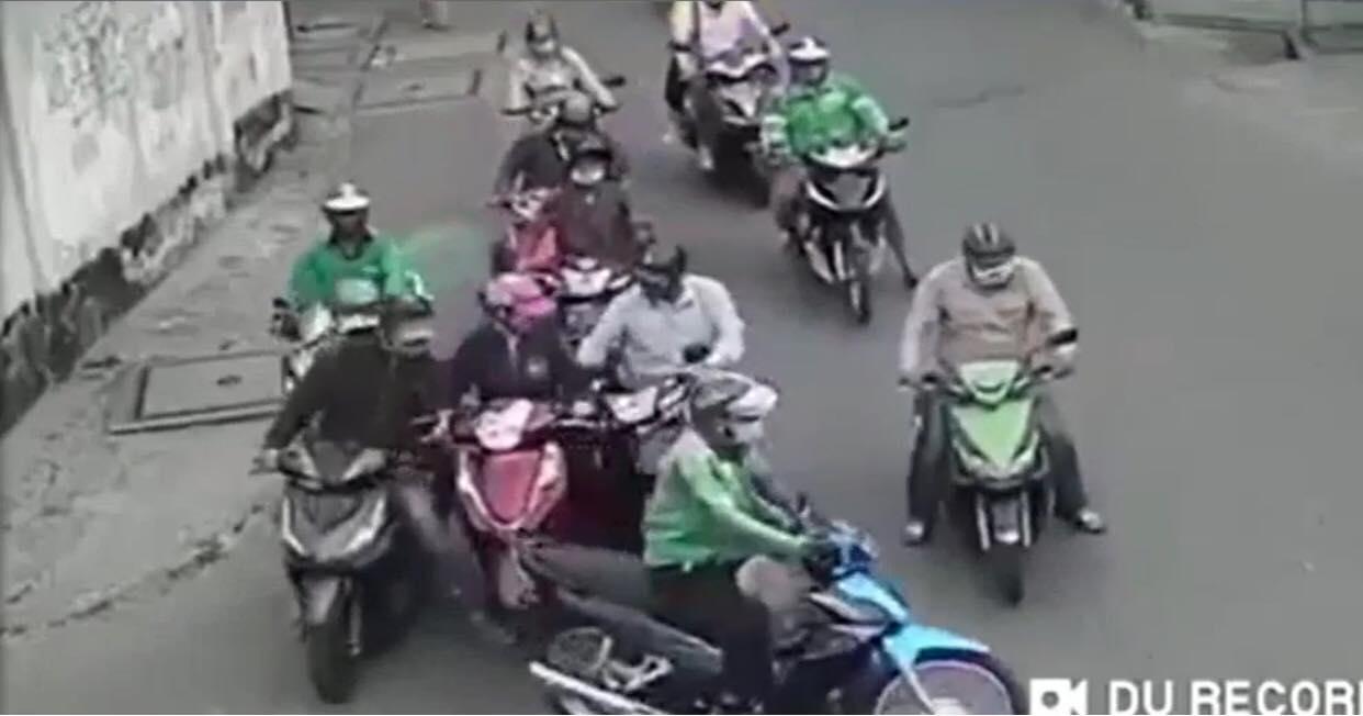 Đám cướp giàn cảnh như phim hành động ngay tại trung tâm TPHCM, nạn nhân là một phụ nữ chỉ biết 'cứng họng đứng nhìn'