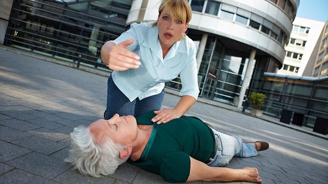 Sơ cứu khi bị đột quỵ, biết cách để tránh nguy cơ tử vong - Ảnh 2
