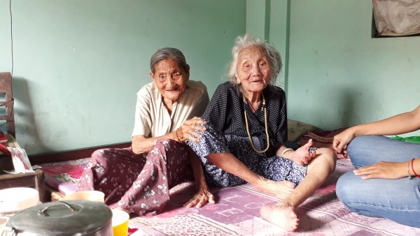 Cảm động chuyện 2 chị em hơn 90 tuổi bán vé số, dành tiền nhận được từ nhà hảo tâm để làm từ thiện - Ảnh 1