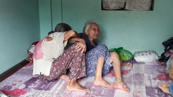 Cảm động chuyện 2 chị em hơn 90 tuổi bán vé số, dành tiền nhận được từ nhà hảo tâm để làm từ thiện - Ảnh 2