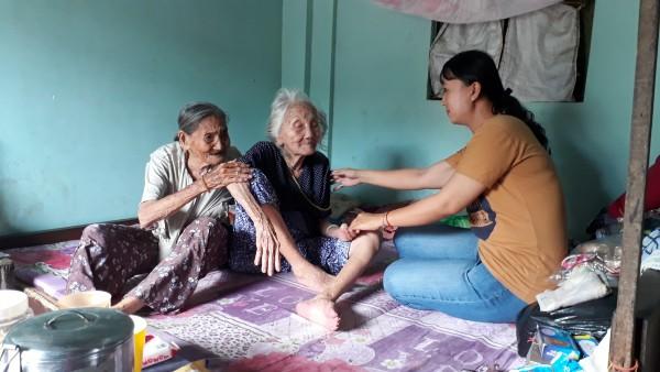 Cảm động chuyện 2 chị em hơn 90 tuổi bán vé số, dành tiền nhận được từ nhà hảo tâm để làm từ thiện - Ảnh 4