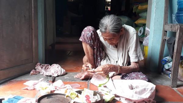 Cảm động chuyện 2 chị em hơn 90 tuổi bán vé số, dành tiền nhận được từ nhà hảo tâm để làm từ thiện - Ảnh 5