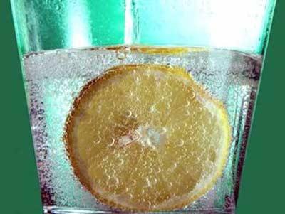 Lấy nước ngọt có ga không đường rửa mặt đều đặn mỗi ngày, làn da căng mướt, trắng bóc như trứng - Ảnh 1