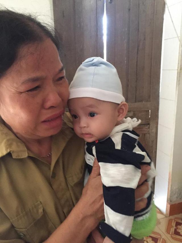 Mẹ bỏ đi, bố bị u não, bé gần 5 tháng tuổi ngằn ngặt khóc vì khát sữa - Ảnh 3