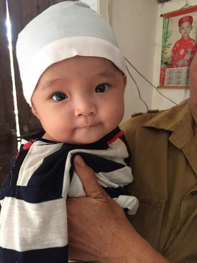 Mẹ bỏ đi, bố bị u não, bé gần 5 tháng tuổi ngằn ngặt khóc vì khát sữa - Ảnh 7