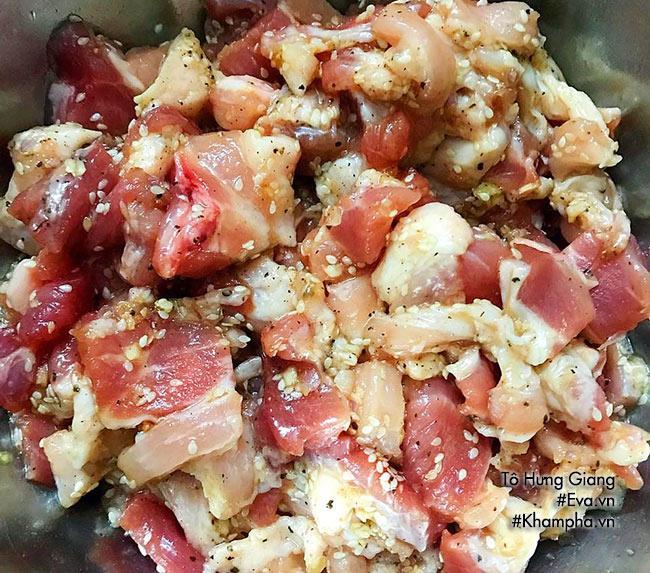 Tuyệt chiêu làm thịt xiên nướng thơm lừng bé ăn thun thút - Ảnh 2