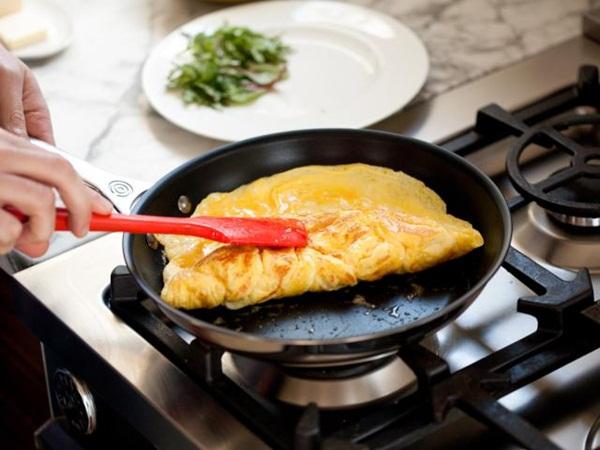 Chuyên gia Đức cảnh báo dùng dụng cụ bằng nhựa nấu ăn có thể tạo ra chất gây vô sinh