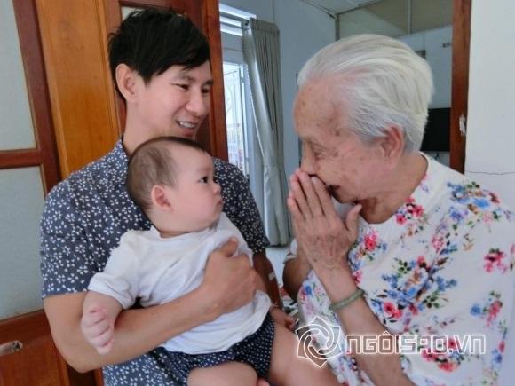 Mẹ Lý Hải dù tuổi đã cao nhưng vẫn rất khỏe mạnh. Được biết, nam ca sĩ là con út trong gia đình có 8 anh chị em.