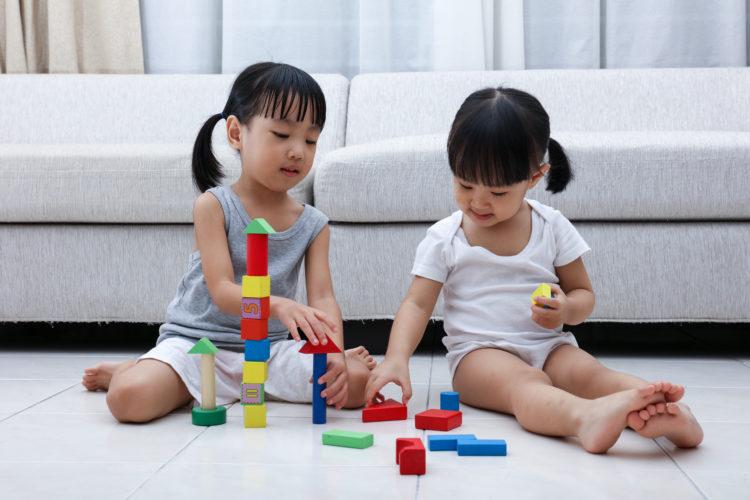 Hậu quả khôn lường từ tư thế ngồi vô cùng phổ biến ở trẻ nhỏ