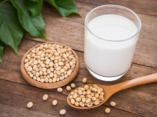 Sữa đậu nành vô cùng dinh dưỡng nhưng có thể khiến sức khỏe tụt dốc không phanh nếu mắc phải những căn bệnh này
