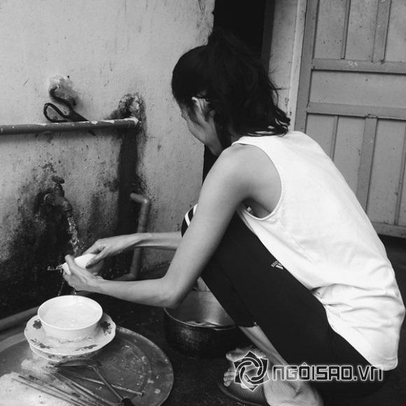 Là một người mẫu sáng giá nhưng khi về quê, Hoàng Thùy lại trở thànhcô gái mộ c mạc, chân phương sẵn sàng xắn tay rửa bát.