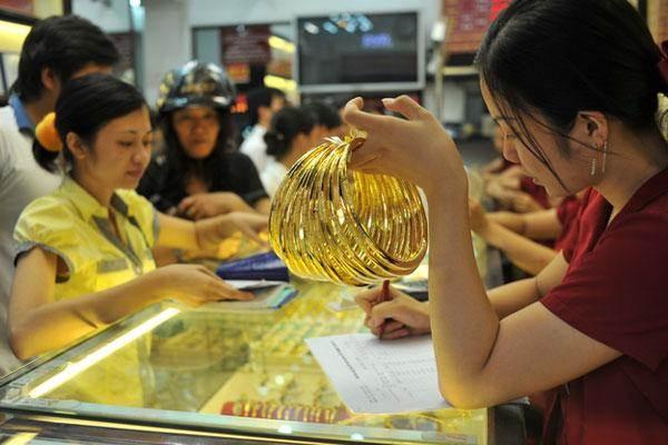 Giá vàng ngày 17.8: Vàng tuột dốc gần 50.000 đồng/lượng - Ảnh 1