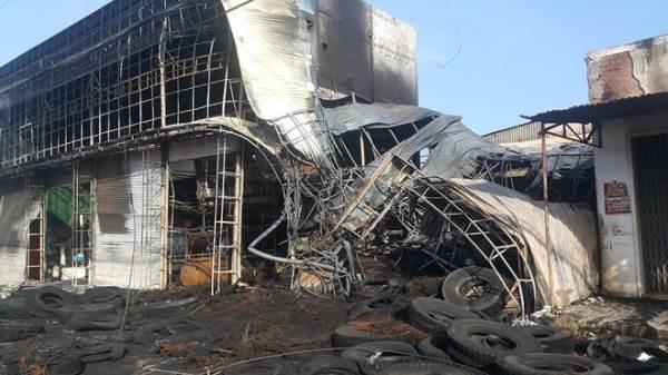Lái xe tải đâm sập cửa sắt cứu cả nhà khỏi đám cháy lớn - Ảnh 1
