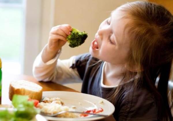 Con tôi đã tự giác ăn rau nhờ điều bất ngờ này - Ảnh 1
