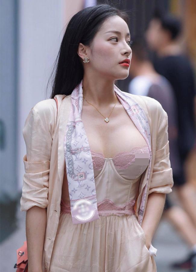 Loạt hot girl vô tư 'hở bạo' trên đường phố khiến nhiều người 'nhức mắt', có người đẹp còn hồn nhiên không mặc cả nội y - Ảnh 1