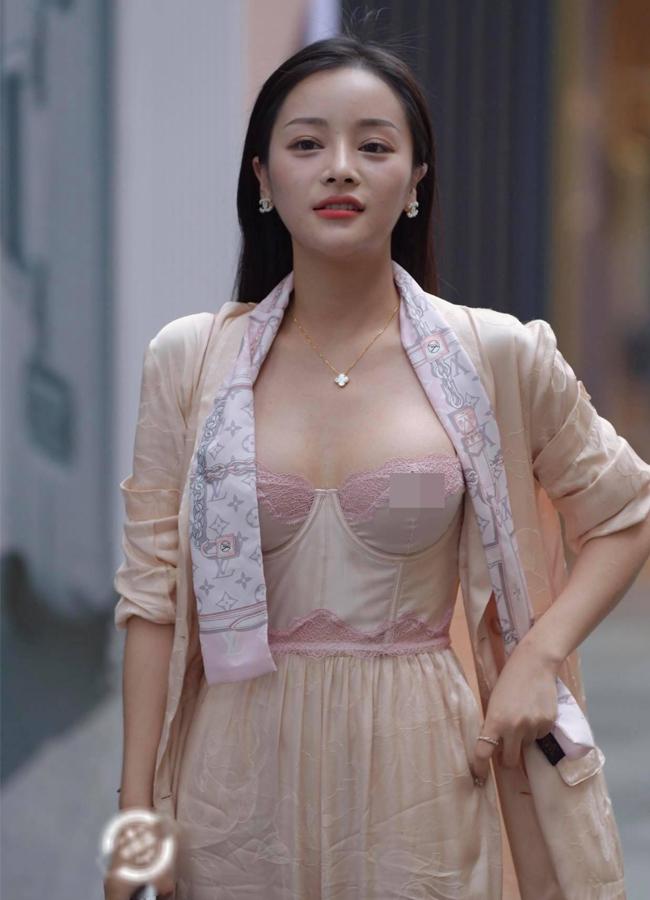 Loạt hot girl vô tư 'hở bạo' trên đường phố khiến nhiều người 'nhức mắt', có người đẹp còn hồn nhiên không mặc cả nội y - Ảnh 2