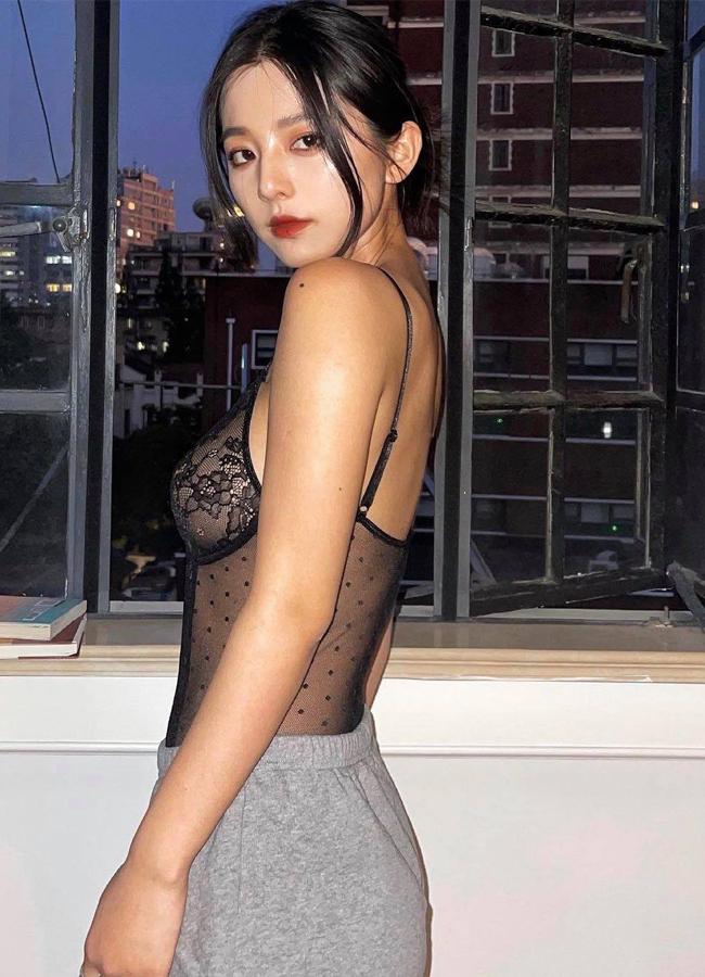 Loạt hot girl vô tư 'hở bạo' trên đường phố khiến nhiều người 'nhức mắt', có người đẹp còn hồn nhiên không mặc cả nội y - Ảnh 8