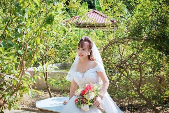 Diện váy cưới lộng lẫy kỷ niệm 3 năm lấy chồng trẻ, cô dâu 64 tuổi ở Cao Bằng bị mỉa mai sốc và màn 'đáp trả' cực cao tay - Ảnh 4