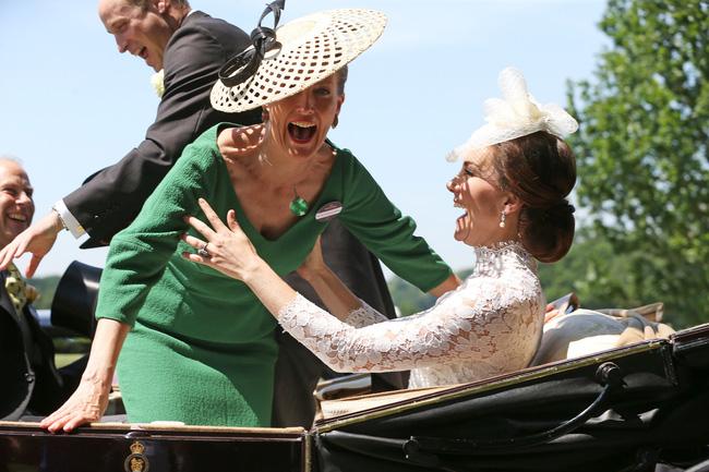 Hé lộ thành viên hoàng gia khiến Công nương Kate chẳng ngại 'đánh mất hình tượng', bộc lộ hết cảm xúc khi gặp nhau - Ảnh 2