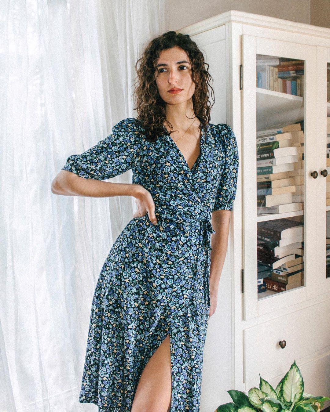 Quý cô người Pháp có style chuẩn nàng thơ: Không thể sống thiếu váy quấn, diện đồ 'hoa lá hẹ' mà vẫn rất mực tinh tế - Ảnh 1