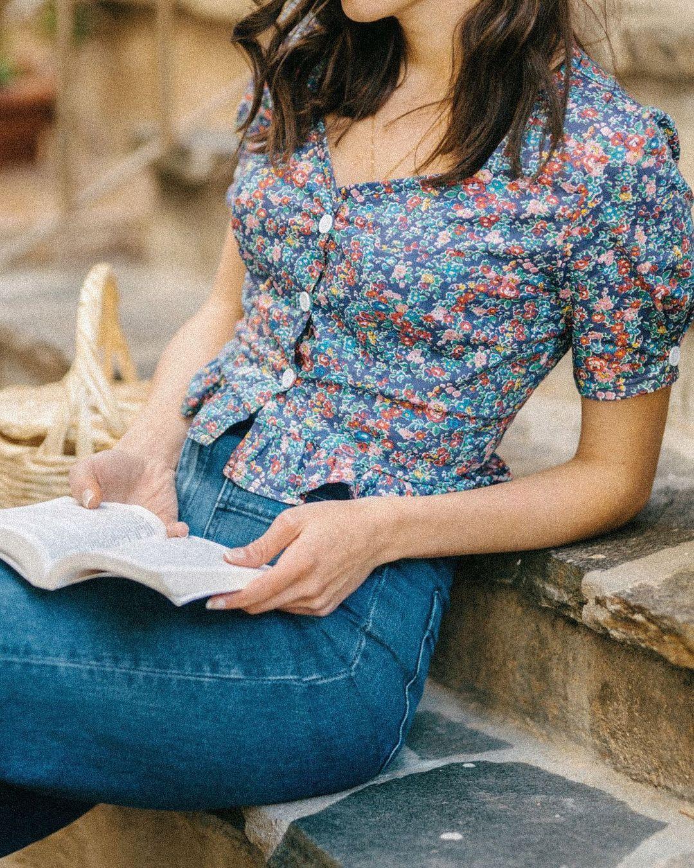 Quý cô người Pháp có style chuẩn nàng thơ: Không thể sống thiếu váy quấn, diện đồ 'hoa lá hẹ' mà vẫn rất mực tinh tế - Ảnh 13