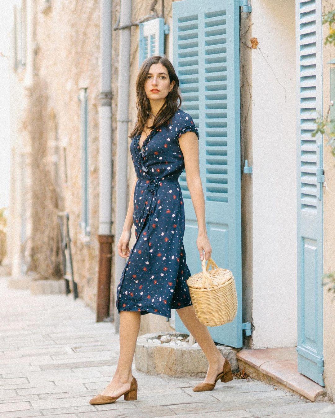 Quý cô người Pháp có style chuẩn nàng thơ: Không thể sống thiếu váy quấn, diện đồ 'hoa lá hẹ' mà vẫn rất mực tinh tế - Ảnh 9