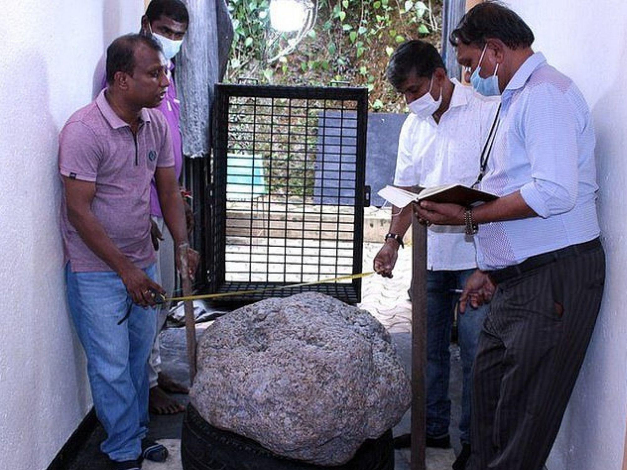 Đào giếng nước sinh hoạt, ai ngờ nước thì không có mà lại đào trúng 'cục đá' trị giá 100 triệu USD