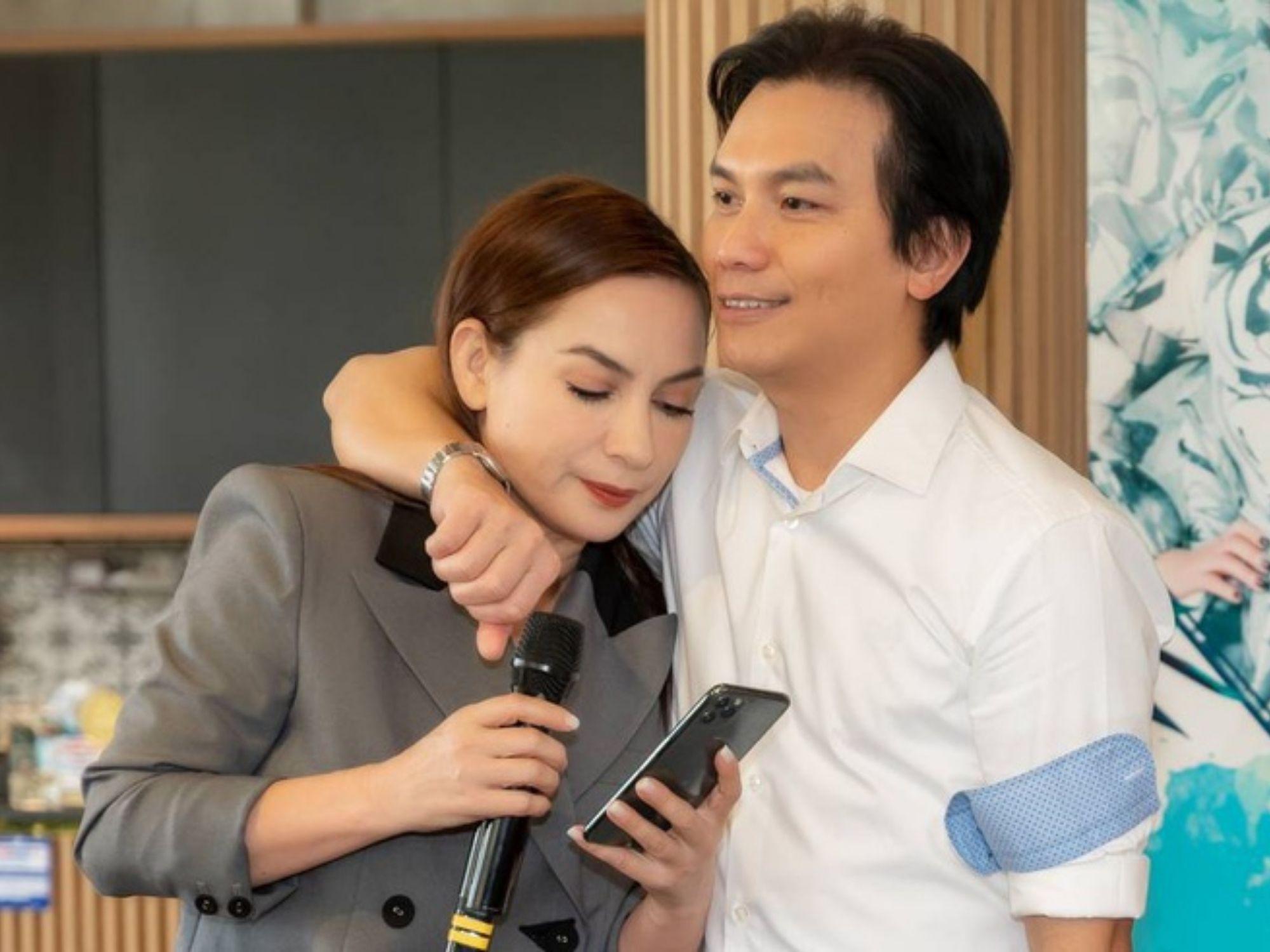 Mạnh Quỳnh bay đến dự tang lễ của 'người tình sân khấu' Phi Nhung: Phút trùng phùng đẫm lệ biệt ly