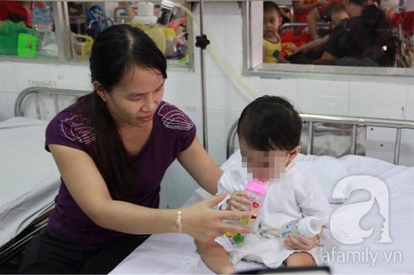 Bị muỗng đâm vào họng lúc ở nhà trẻ, bé gái 1 tuổi thủng thực quản nguy kịch - Ảnh 1