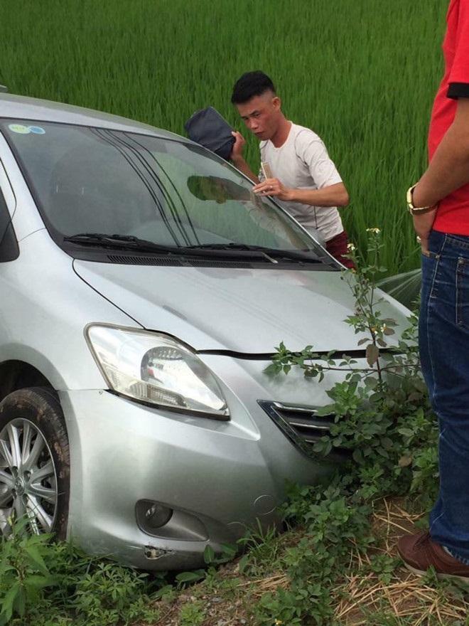 Hình ảnh diễn viên hài đâm xe xuống ruộng đang gây chú ý trên mạng xã hội.
