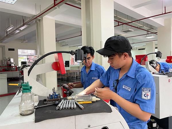 Về quê Tiền Giang, nam sinh viên bị tai nạn giao thông phát hiện dương tính Covid-19, trường học ở TP.HCM đồng loạt rà soát F1