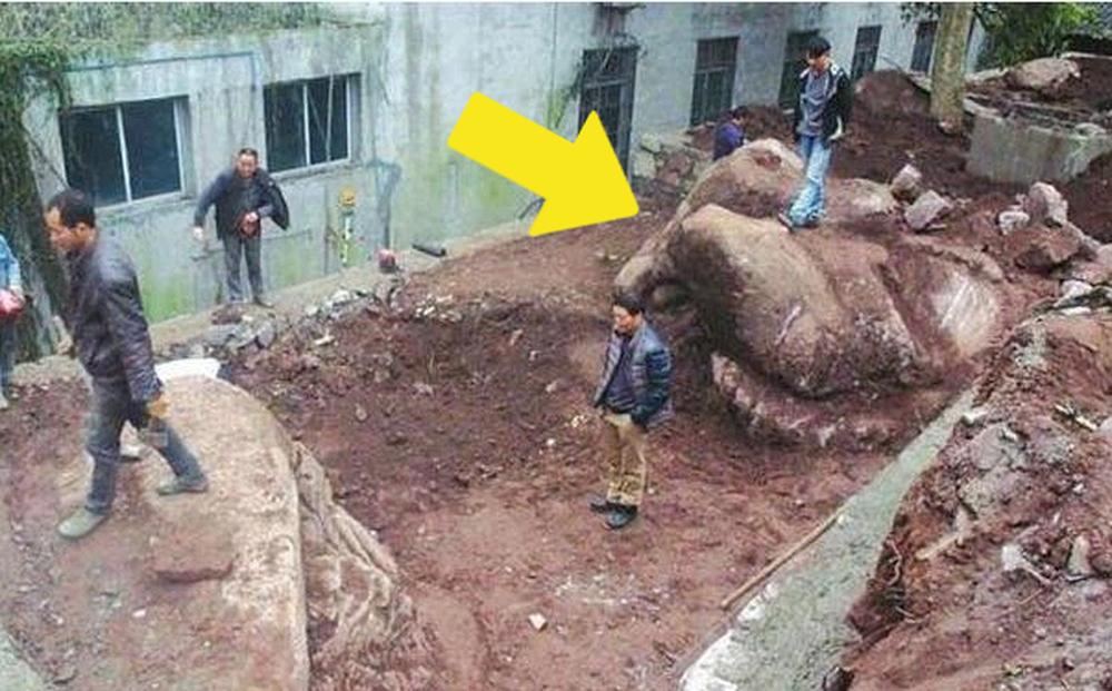Phát hiện tảng đá khổng lồ với hình dáng bí ẩn khi đang đào đất, là gì mà hàng trăm người phải tìm xem bằng được? - Ảnh 1