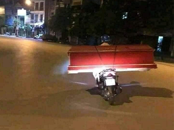 Sự thật về bức ảnh người đàn ông một mình lặng lẽ chở quan tài đi trong đêm giới nghiêm ở Sài Gòn