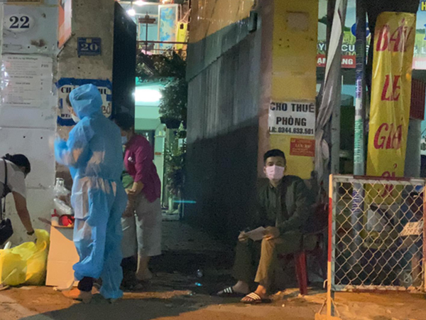 NÓNG: 1 con hẻm ở Bình Tân bị phong tỏa khẩn cấp trong đêm vì liên quan đến ca nhiễm Covid-19
