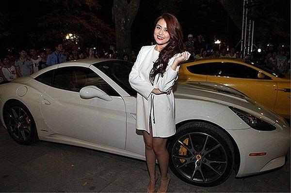 Từ năm 2012, cô đã sắm chiếc Mercedes có giá hơn 2 tỷ và sau đó là một chiếc xế hộp màu trắng