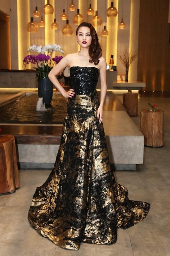 Hoàng Thùy Linh diện váy hiệu Oscar de la Renta lộng lẫy có giá 240 triệu đồng.