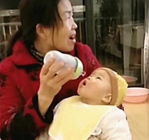Bà cho cháu ti bình nhưng mải xem tivi, em bé há miệng chờ sữa trong 'bất lực' khiến mọi người không nhịn được cười - Ảnh 2