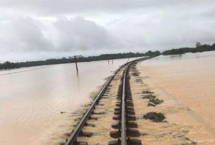 Bão số 8 suy yếu Hà Tĩnh vẫn ngập sâu, đường sắt thiệt hại hàng chục tỷ đồng - Ảnh 3
