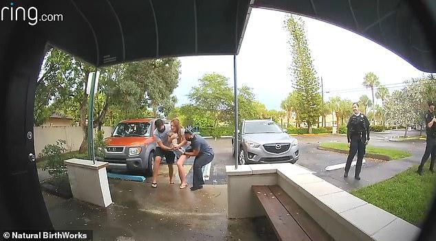 Định sinh con dưới nước, nhưng chưa kịp xuống nước con đã chui ra ngay bãi đậu xe: Đẻ trong vòng 1 nốt nhạc là có thật! - Ảnh 2