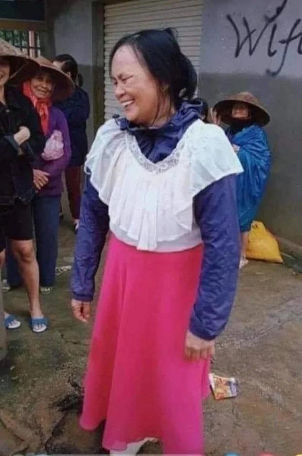 Loạt ảnh quần áo ủng hộ miền Trung gây tranh cãi, có cả áo hai dây, quần rách đũng - Ảnh 6