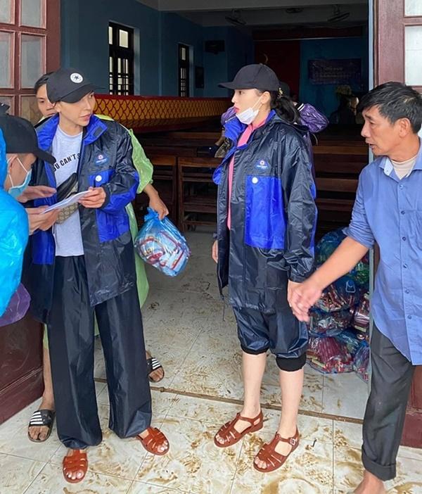 Thuyền lật, xe bị ném đá… và loạt tai nạn khi sao Việt vào miền Trung cứu trợ - Ảnh 1
