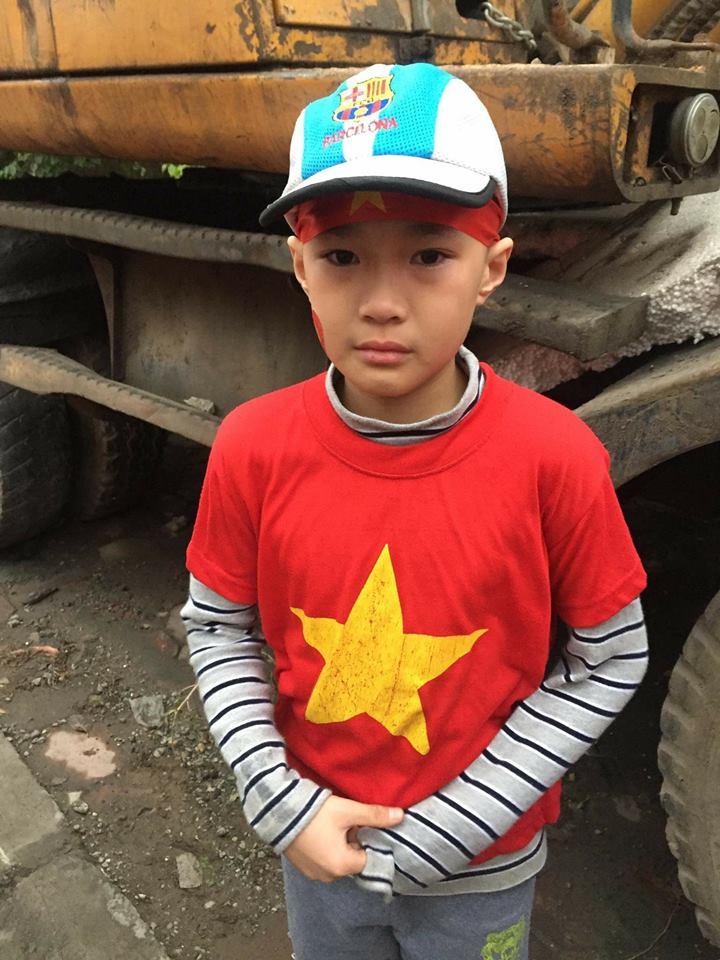 Cộng đồng mạng chung tay giúp đỡ bé trai bị lạc khi cùng bố mẹ đi đón đội tuyển U23 Việt Nam - Ảnh 1