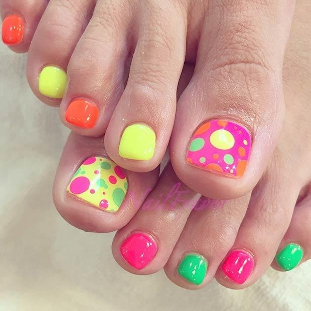 Kiểu mẫu vẽ móng chân nhiều màu sắc nổi bật, dễ thương