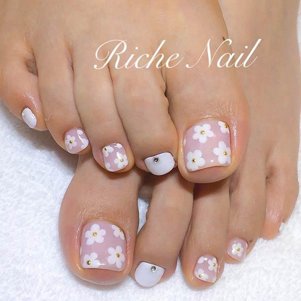 Mẫu vẽ móng chân hình hoa cúc trắng nhụy vàng dễ thương