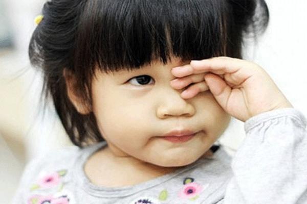5 con giun dài ngoằng sống trong mắt bé 6 tháng, nguyên do khiến mẹ Việt giật mình - Ảnh 2