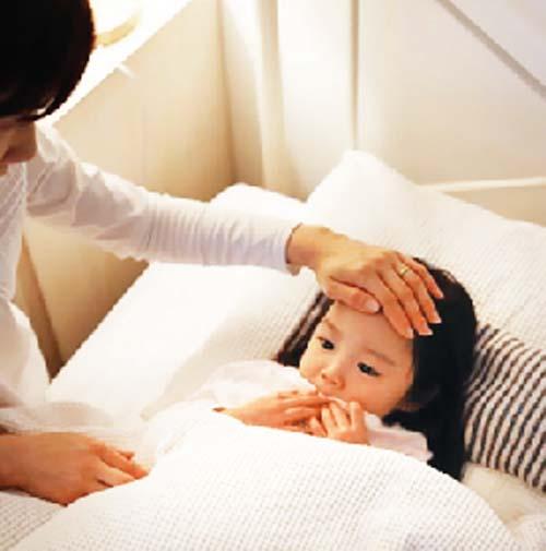 Bác sĩ Nhi hướng dẫn mẹ những việc quan trọng cần làm khi trẻ bị sốt - Ảnh 4
