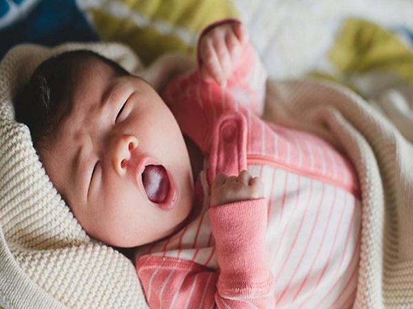 """Bỏ ngay 4 thói quen của trẻ sơ sinh khiến con lớn lên """"kém xinh"""""""