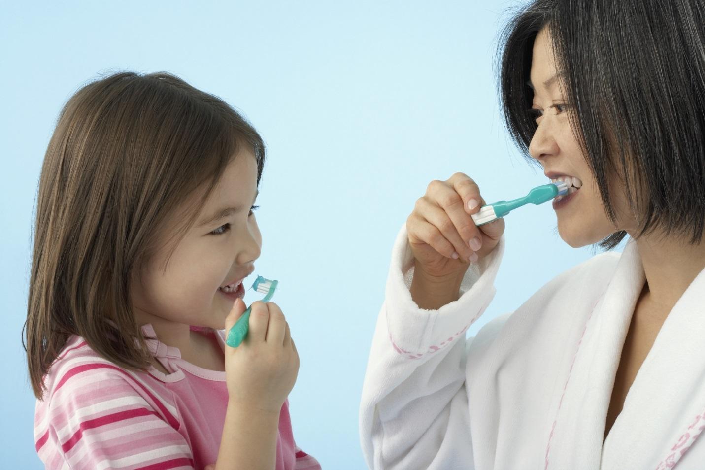 Để chải răng cho bé đúng cách, bác sĩ Nha khoa lưu ý mẹ những điều này - Ảnh 3